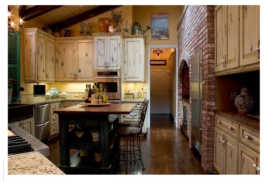 Интерьер кухни совмещенной со столовой, представленный на